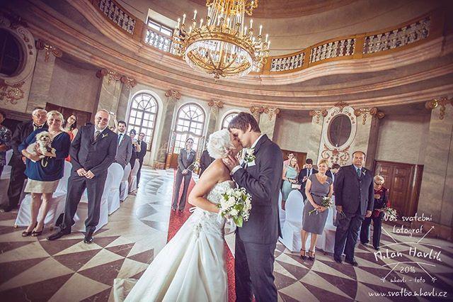 Interiérem určitě jedno z nejkrásnějších míst, kde jsem kdy svatební obřad fotil. Zámek Karlova Koruna a první manželský polibek Kristýny a Petra. #svatba #wedding #svatebnifoto #weddingphoto #svatebnifotograf #weddingphotographer #zenich #nevesta #prvnimanzelskypolibek #manzelskypolibek #polibek #karlovakoruna #zamekkarlovakoruna #lustr #uzasnyinterier #mamsvojipracirad #fotiltomilan