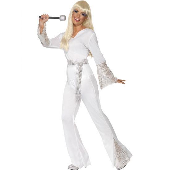 Super stoere 70's Disco kostuum voor dames. Dit disco kostuum bestaat uit een shirt en broek. Dit carnavals disco kostuum is gemaakt van 100% polyester. Met dit zilver/witte disco kostuum voor dames staat u te schitteren op de dansvloer.