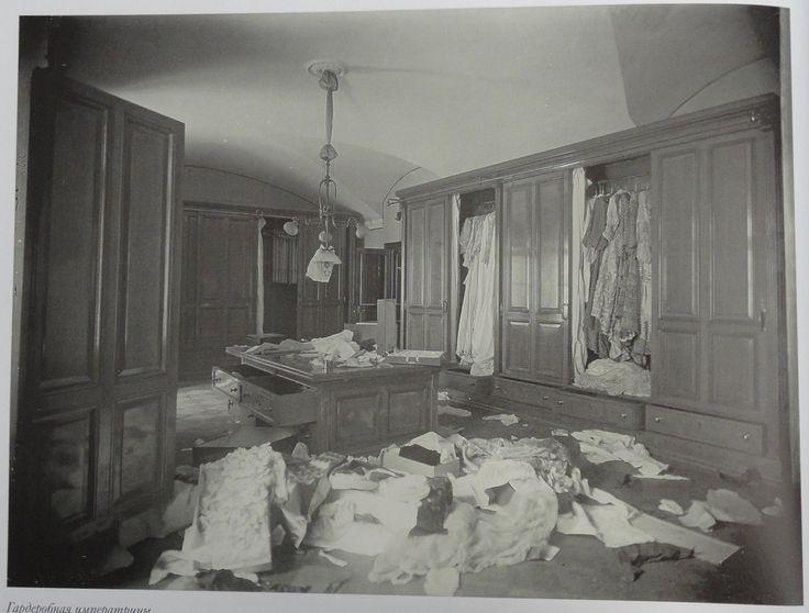 Closet da Imperatriz Alexandra Feodorovna depois do assalto ao Palácio de Inverno (Winter Palace) em 1917.