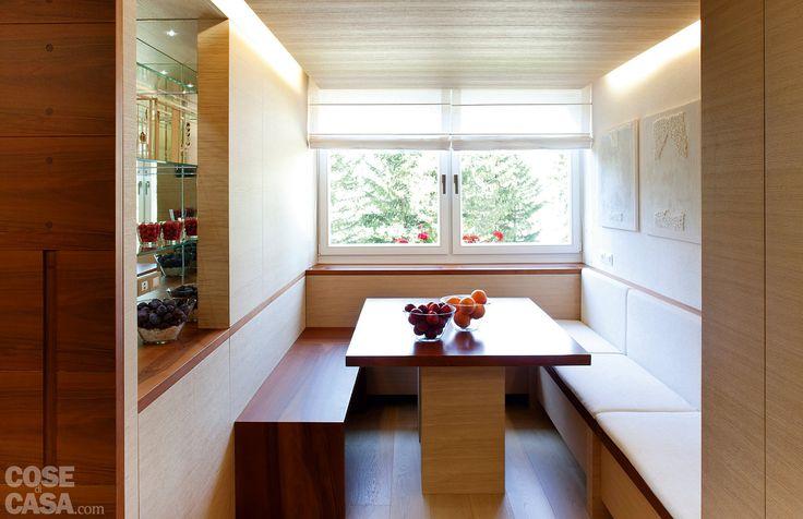 L'assoluta razionalità e la prevalenza del legno caratterizzano tutti gli ambienti della casa. Con arredi che si integrano nelle boiserie che rivestono completamente le pareti. Riservando effetti spesso sorprendenti e sempre funzionali. Risultato: una metratura così contenuta riesce a ospitare anche 7 persone.