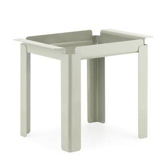 Box-bordet er designet av Peter Johansen for Normann Copenhagen. Det er et lite, allsidig bord som kan brukes overalt i hjemmet, enten som sofabord, sidebord eller nattbord. Det har et industrielt design i stål men likevel med en lett følelse. Åpningene mellom bordplaten og håndtaket gir luft og håndtakene gjør det enkelt å flytte på bordet. Velg mellom flere moderne farger!  Variant: sementgrå Box-bordet er designet av Peter Johansen for Normann Copenhagen. Det er et lite, allsidig bord som…