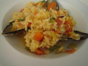 Arroz con mejillones.  http://www.aprendecocina.net/2012/12/28/arroz-con-mejillones/: