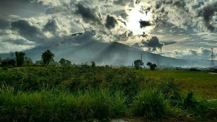 #sun #mountain #nature #photography #art #matahari #bukittinggi #sumaterabarat #westsumatera #view #photooftheday #travelling #indonesiaindah #indonesiakaya #wonderfulindonesia #indonesia #minangkabau #landscape #amazingview #greatview #beautifulview #havefun #cloud #sky #landscapephotography #landscape