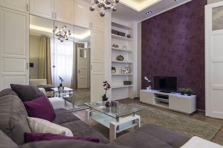 Lila tapéta és fehér bútorok lakberendezés