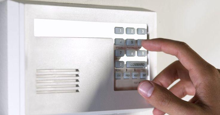Como fazer um sistema de alarme caseiro. Os sistemas de alarme caseiros são baseados em torno de um sistema muito simples: um barulho alto e um meio de desencadeá-lo. Os sistemas de alarme sofisticados utilizam sinais de rádio para manter vários componentes on-line e podem utilizar diversas medidas de segurança, como, por exemplo, alertar a polícia ou os serviços médicos. Aplicando os ...