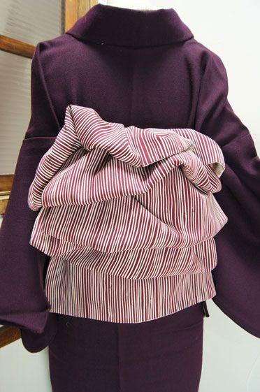 紅葡萄紫に白のゆらぎ縞が優しく映える縮緬地の兵児帯です。
