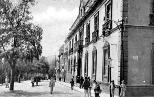 La Casa Amarilla data del siglo XVII. Desde uno de sus balcones Emparan, gobernador de la Provincia recibe el 19 de abril el rechazo del pueblo reunido en la Plaza Mayor y desde otro de sus balcones, Cipriano Castro saltó a la calles agarrado de una sombrilla en 1900, cuando un fuerte sismo sacudió a Caracas