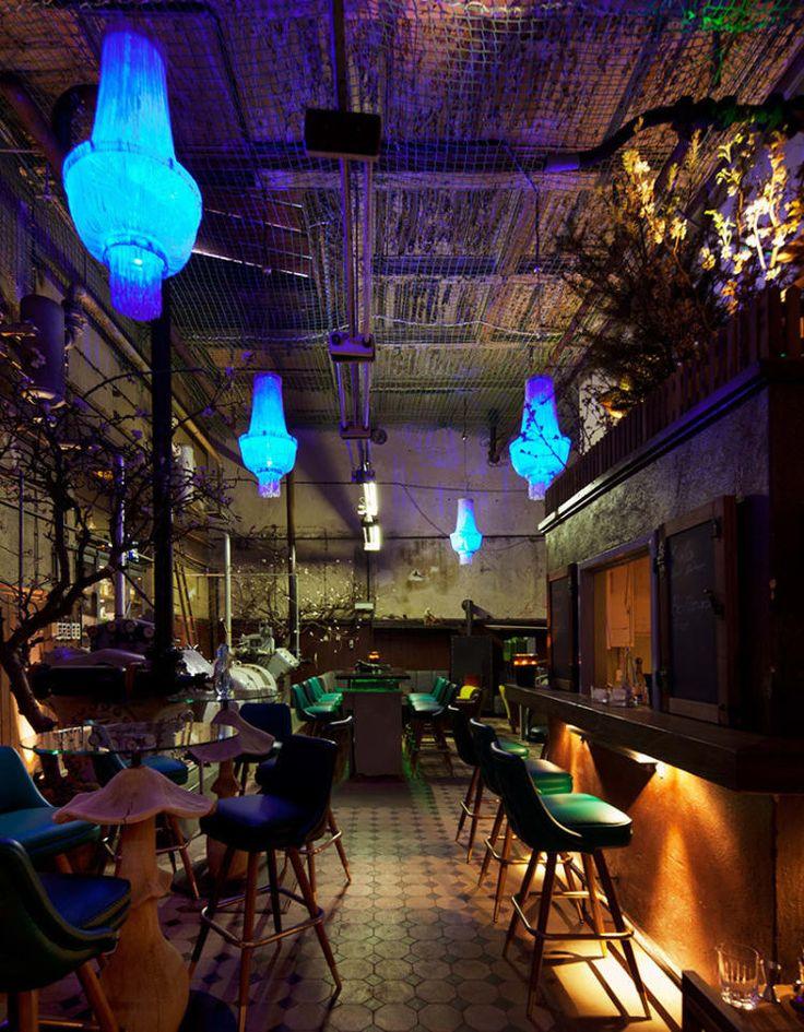 Dieses geistige Kind der Berliner Bar-Größe Gregor Scholl befindet sich im Maschinenraum der alten Bötzow-Brauerei im Prenzlauer Berg. Es wird erzählt, dass im Zweiten Weltkrieg zwei Krokodile aus dem Berliner Zoo in diesem Keller wohnten –und so kam auch die Bar zu ihrem Namen. So schön wie die Cocktails ist auch die Einrichtung: mit flüchtiger blauer Beleuchtung und Leder-Hockern in kräftigem Grün, die entlang der Original-Maschinen aufgereiht sind.