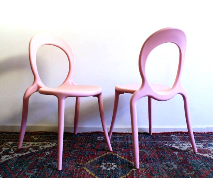 2 retro roze stoelen. Design Holly van Marcello Ziliani