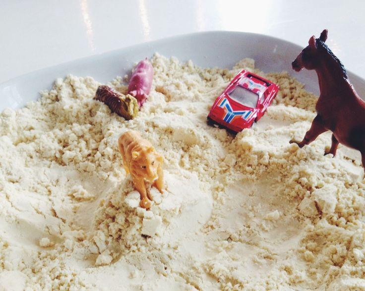 8 dl mjöl + 1 dl olja = månsand. Och när en är färdig med att knåda, baka, kavla, gräva ut avancerade tunnelprojekt etc kan en lägga sanden i en fryspåse och använda igen vid ett annat tillfälle.