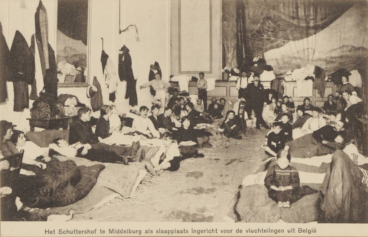 Belgische vluchtelingen in de slaapzaal die voor hen is ingeruimd in het Schuttershof te Middelburg, 1914. Zeeuws Archief, NL-MdbZA_296_KZGW_ZI-III-0403-3.