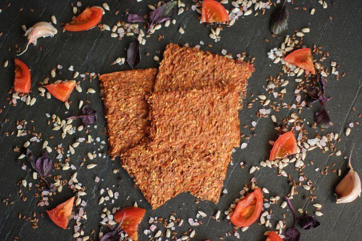 Томатные Лёнцы на 100% натуральный продукт, он не содержит муки, дрожжей, вредных добавок, таких как ГМО, глютен и различных консервантов. Лёнцы готовятся по технологии бережной сушки (до 40 С), что позволяет максимально сохранить полезные свойства входящих в них ингредиентов. Наш продукт подойдёт всем, кто следит за своим питанием. Лёнцы могут полностью заменить вам хлеб. Делайте из них сэндвичи, можете попробовать их вместе с сыром или с рыбой, можете намазать паштетом или каким то другим…