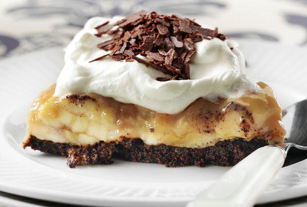 Απίστευτα νόστιμητούρτα banoffeμε τον απίθανο συνδυασμό σοκολάτας και μπανάνας. Είναι πολυεύκοληκαι σερβίρεται παγωμένημε λίγη χτυπημένη κρέμα.    Υλικά    Για τη βάση    250 γραμμ. σοκολατένια μπισκότα  100 γραμμ. βούτυρο    Για την κρέμα    3 μπανάνες ώριμες  1 συσκευασία ζαχαρούχο γάλα (400 γραμμ.)  1 κ.σ. κακάο  300 ml