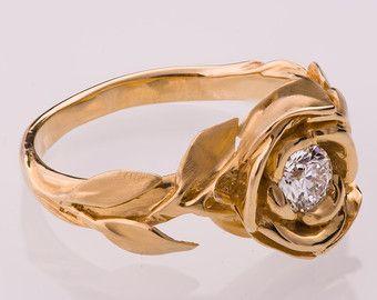 Un hecho a mano 14 k rosa anillo de oro mostrando una rosa grande con un hermoso diamante claro 0,3 quilates. La rosa está rodeada por una composición