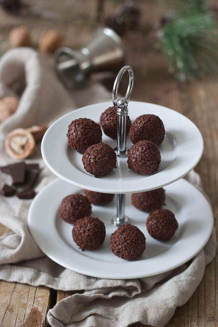 Amarettokugeln gemacht aus Keksresten // amaretto truffles // Sweets & Lifestyle®️️  #amaretto #amarettokugel #rezept #keksreste #amarettotruffels #food #geschenkausderküche #christmas #sweetsandlifestyle