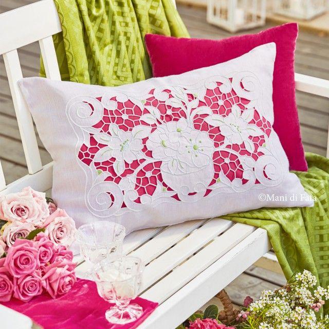 Lino bianco disegnato per realizzare il cuscino rettangolare ad intaglio e punti vari con motivo floreale.