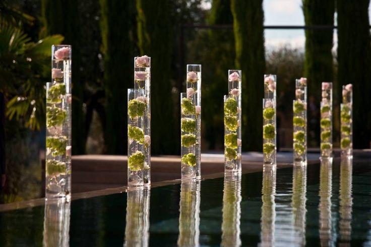 mariage dans un mas Lubéron, grands vases tubes avec fleurs immergées par à Fleur et à Mesure, Domaine des Andéols, photo Studio Cabrelli www.mariagedanslair.fr