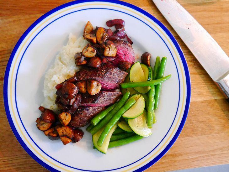 Dieet | Biefstuk met champignons, bloemkoolpuree en groene groenten. Voor Spek en Bonen.