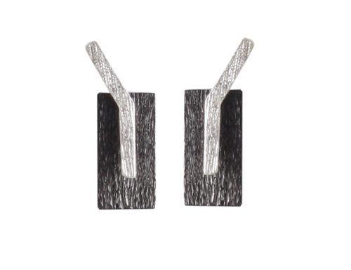 Ørestiks med dogtag formet plade Til disse ørestiks skal der bruges følgende materialer:  1 par ørestiks med bukket stav, sterlingsølv 2 stk. firkantet plade 6x12mm, oxideret sterlingsølv