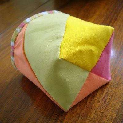 今日は、手縫いでも作れる小さな布バスケットの作り方をご紹介したいと思います。このバスケットはなかなか消費できない端切れの活用にぴったりのプロジェクトです。簡単で早く出来上がるのも魅力。リバーシブルになっていて、表側はパッチワークで4枚の布を