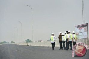 Equityworld Futures - Presiden Joko Widodo (Jokowi) meninjau pembangunan Jalan Tol Bekasi-Cawang-Kampung Melayu (Becakayu) di Pondok Kelapa Duren Sawit Jakarta Timur, Senin. Presiden Jokowi, yang...