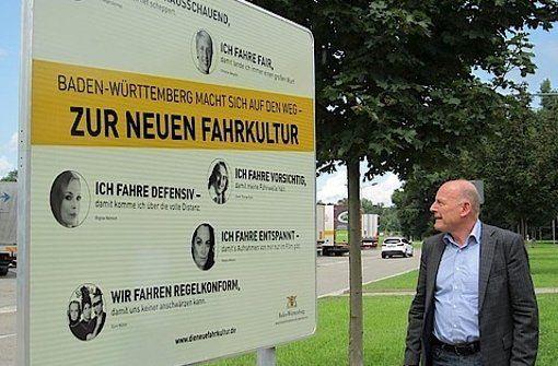 Das Land Baden-Württemberg will die Autofahrer zu mehr Respekt und Aufmerksamkeit im Verkehr erziehen. Die dazu erstellte Kampagne erweist sich allerdings selbst als gefährlicher Eingriff in den Straßenverkehr, meint Lukas Jenkner.