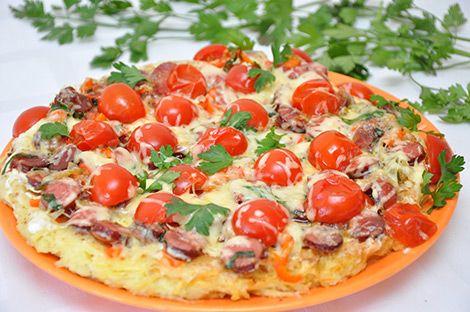 Картофельная пицца так же известная как ложная пицца. Это блюдо частенько готовлю на даче, так как там нет духовки. Начинку можно сделать на ваш вкус и выбор – мясная, рыбная, грибная, овощная.