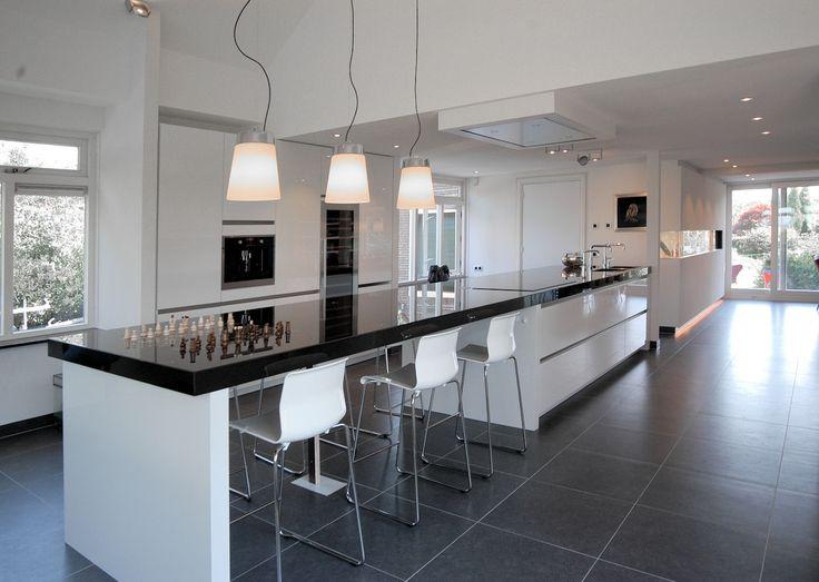 Moderne keuken horizontale lijnen hoogglans rvs plafondunit indirecte verlichting zwart wit - Idee kleur moderne keuken ...