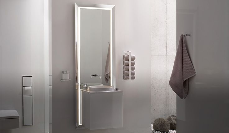 Wastafelmeubel met doorlopende spiegellijst en LED verlichting van Emco.