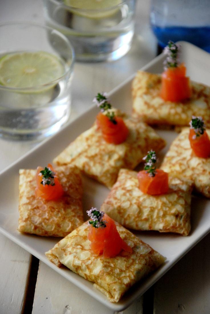Paquetitos de crépe rellenos de salmón ahumado, queso crema y huevo