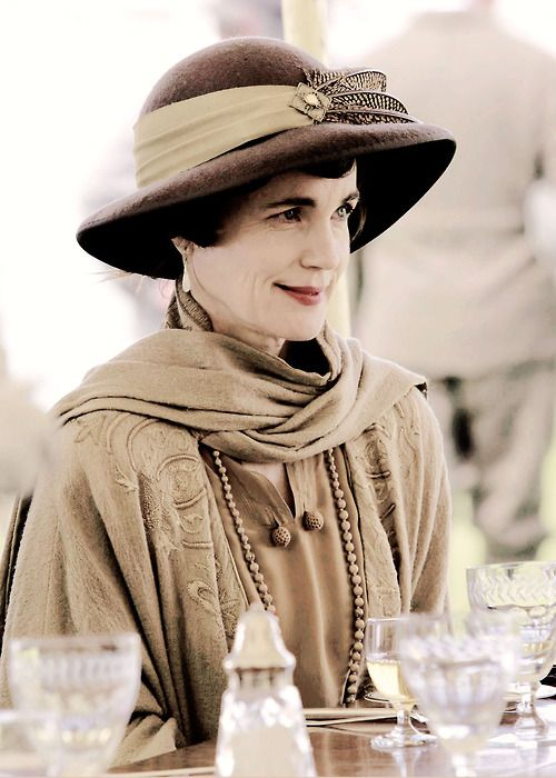 "Elizabeth McGovern as Cora Crawley, the countess of Grantham in ""Downton Abbey"", 2014. @vintageclothin.com"