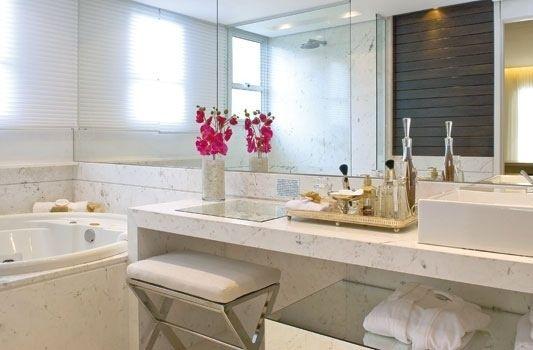 Mas seria o banheiro o lugar ideal para ter a sua penteadeira? O bom é que o local é arejado e fica acessível para fazer a limpeza de pele e tudo, mas se o banheiro não for só seu, não vai ser legal.