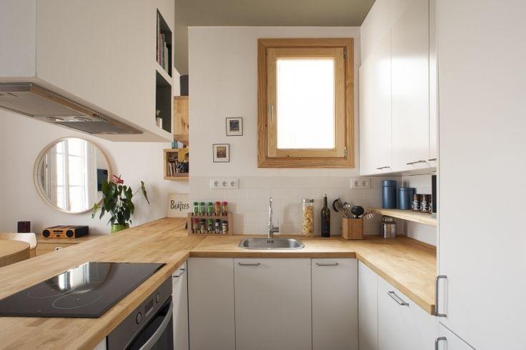 kleine Küche in U-Form mit Halbinsel zum Wohnzimmer
