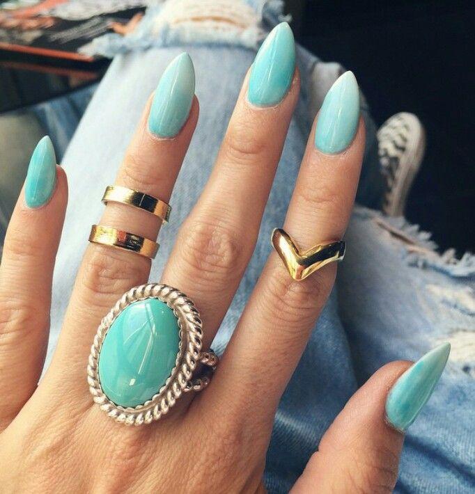 Gradient turquoise stiletto nails. I need these.                                                                                                                                                      Mais