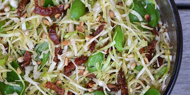 Skøn salat med en dejlig sammensætning af fintsnittet spidskål og soltørrede tomater. Hurtig at bikse sammen.