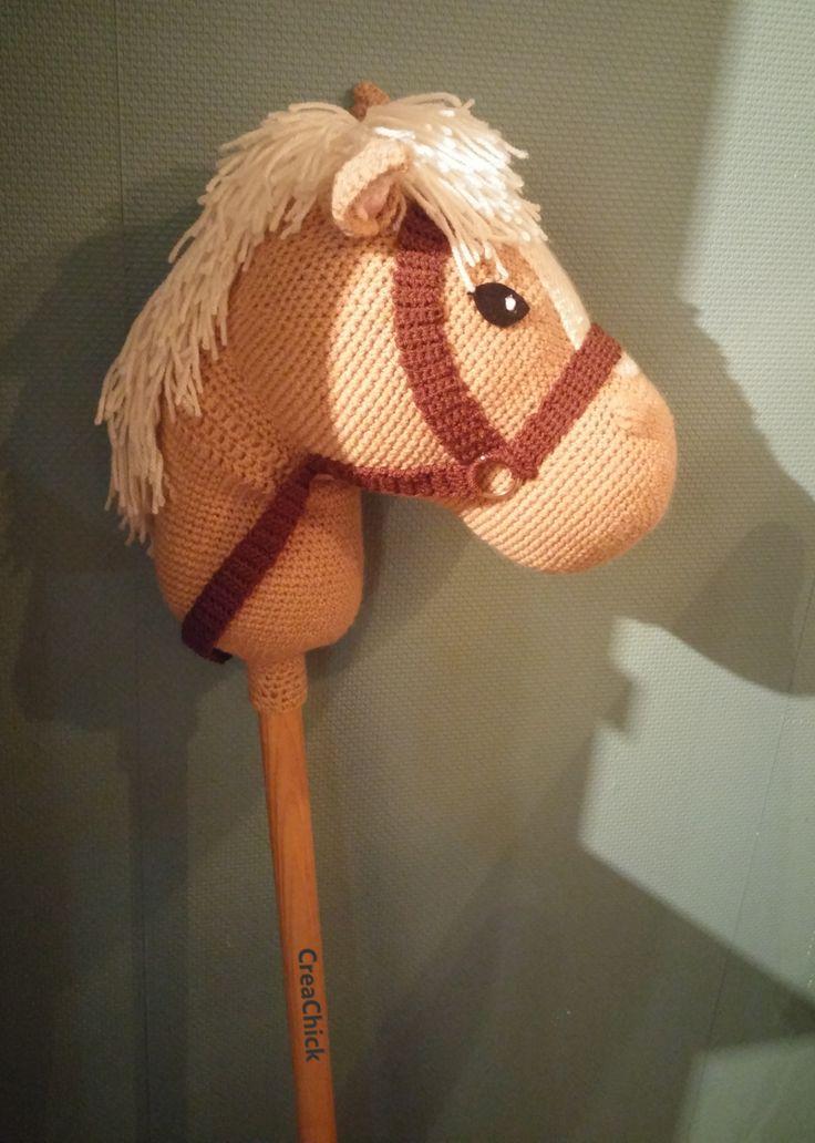 Crochet stick horse. Free pattern. Haak een stokpaard. Gratis patroon in het Nederlands. Stokpaardje.