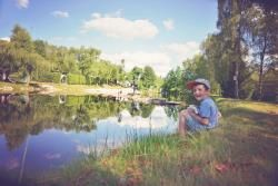 Camping La Steniole, Granges Sur Vologne. Kampvuur toegestaan. Verborgen in het groen, in het midden ligt een vaarvijver en aan de rand van de camping een visvijver