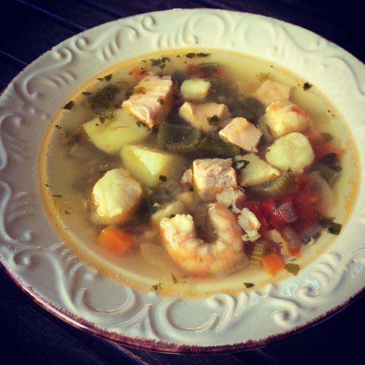РЫБАЦКАЯ ПОХЛЁБКА Ингредиенты: любые морепродукты и рыба (например, 4 креветки, 4 беби-осьминожки, 4 гребешка, 200 граммов любой рыбы), луковица, морковь, 2 стебля сельдерея, 2 картофеля, 4 стебелька спаржи, маленький пучок петрушки, 2 больших бакинских помидора, 5–6 стручков зеленой фасоли, половина бокала белого вина, нерафинированная соль, 4–5 горошков черного перца, лавровый лист, 4 столовые ложки оливкового масла Приготовление: http://live-up.co/2014/06/02/rybackaya-poxlebka/  #суп…