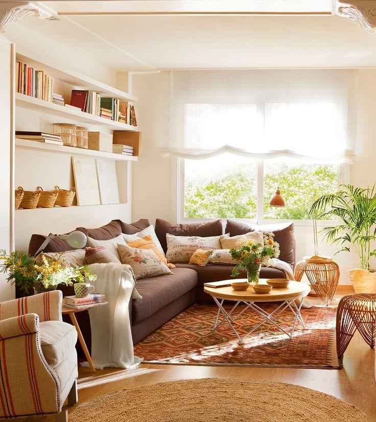 Salón con sofá rinconero en marrón con baldas y una alfombra tipo kilim