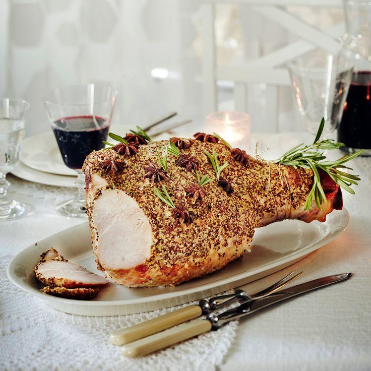 Dijonin joulukinkku on kuorrutettu vahvalla kokojyväsinapilla.