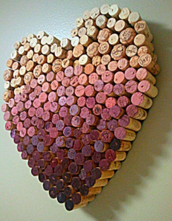 Artesanato, coração com rolhas recicladas