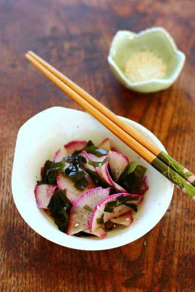 Algue wakamé en salade : 1 cuillerée à soupe d' algue wakamé séchée 1 grand radis rose d'hiver (ou radis daïkon) 1 pincée de sel ½ cuillerée à soupe de graines de sésame 1 cuillerée à soupe de sauce soja 1 cuillerée à soupe de vinaigre de riz 1 cuillerée à soupe d'huile de sésame toasté