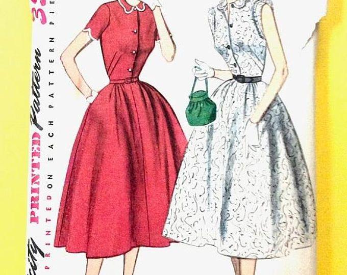 EN venta simplicidad 4228 1950s falta una sola pieza vestido. Equipado de la blusa, botón frontal de cierre, en forma cuello, falda Vintage costura patrón