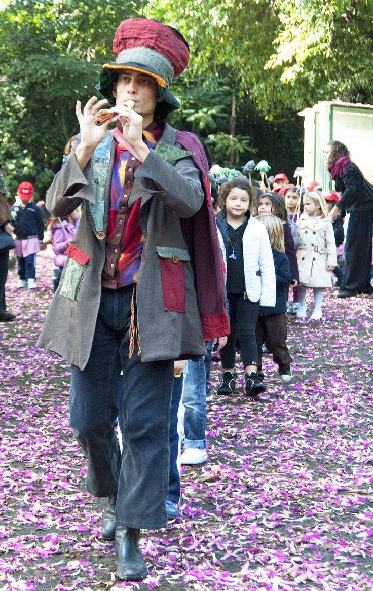 """Il magico Pifferaio    Il magico Pifferaio - regia Giovanna Facciolo - compagnia """"I Teatrini"""" Ottobre 2011 foto@PinoMiraglia — presso Orto Botanico di Napoli."""