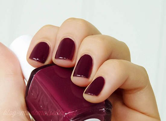 essie - recessionista. One of the few things i love about winter and fall, is that i can wear dark nailpolishes again without feeling too dark for summer or spring!