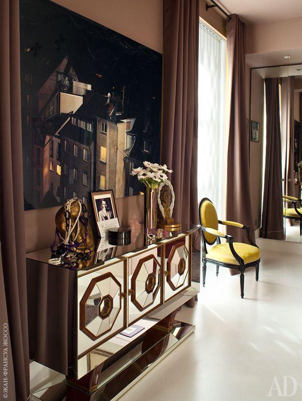 В спальне Аньес стоит зеркальный комод 1940-х годов, который ей посчастливилось купить на блошином рынке.