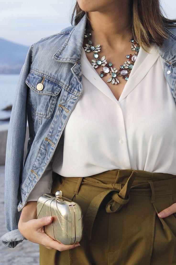 Pantalón caqui #caqui #clutch #dorado #look #camisa #blanca #denim #jacket #look