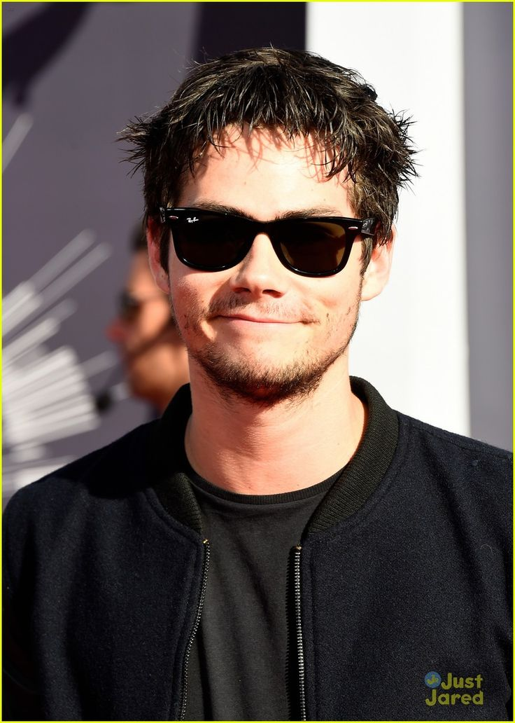 Dylan obrien shows off scruff at vmas with finding carters kathryn prescott