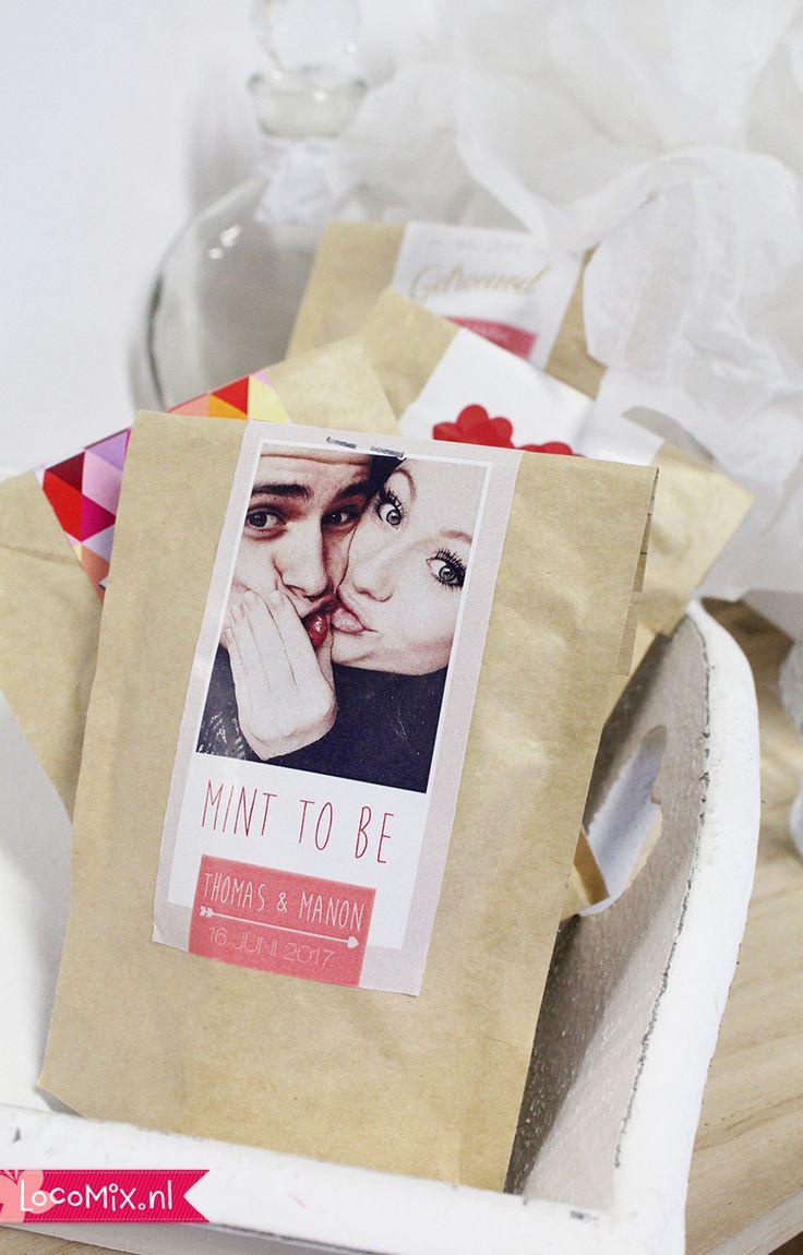 Een #snoepzakje met een persoonlijke sticker als #trouwbedankjes. Deze Wedding Bags kunnen gevuld worden met snoepgoed naar keuze. Bekijk ook eens de groene variant gevuld met bloemzaadjes als afsluiter van jullie #bruiloft.