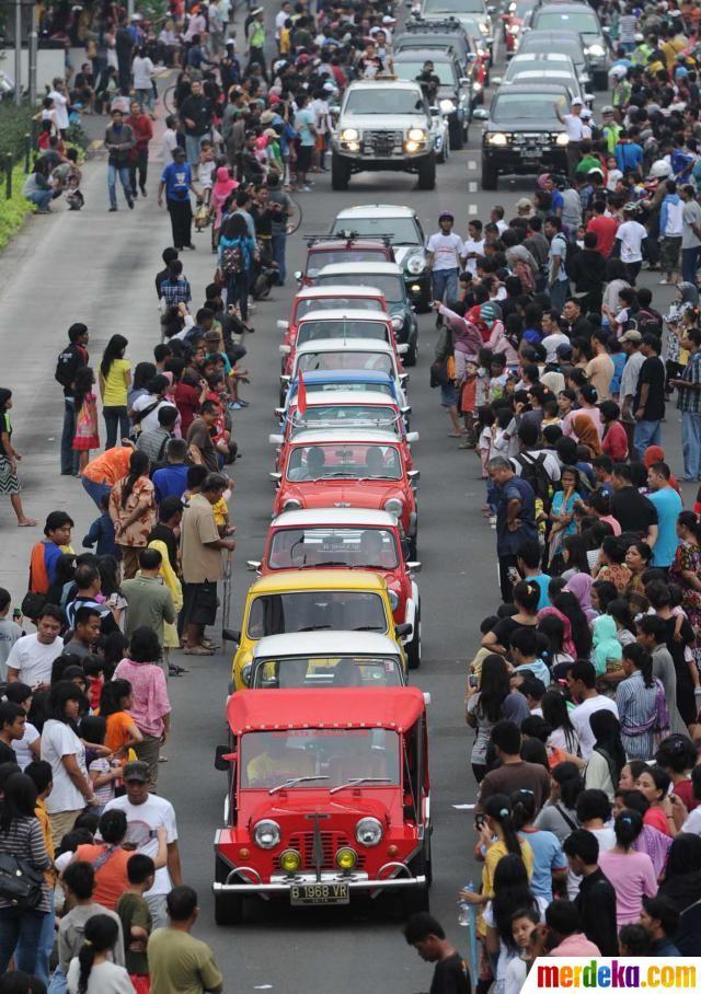 Komunitas mobil tua ikut ambil bagian pada karnaval HUT DKI ke-485 di ruas Jalan MH Tahmrin, Jakarta, Minggu (10/6).